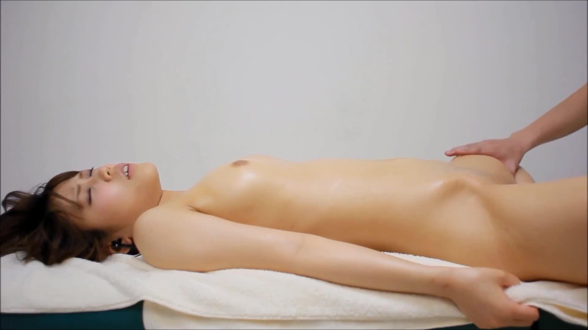 性感オイルマッサージを受け軽く責められるだけでビクンビクン反応する美...